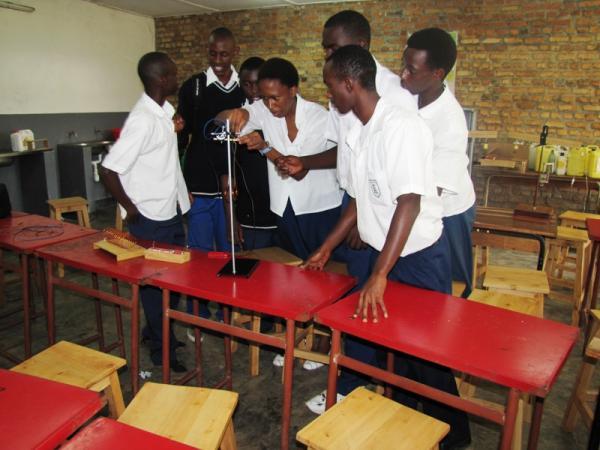 IFAK Don Bosco Students in pratical Physics class